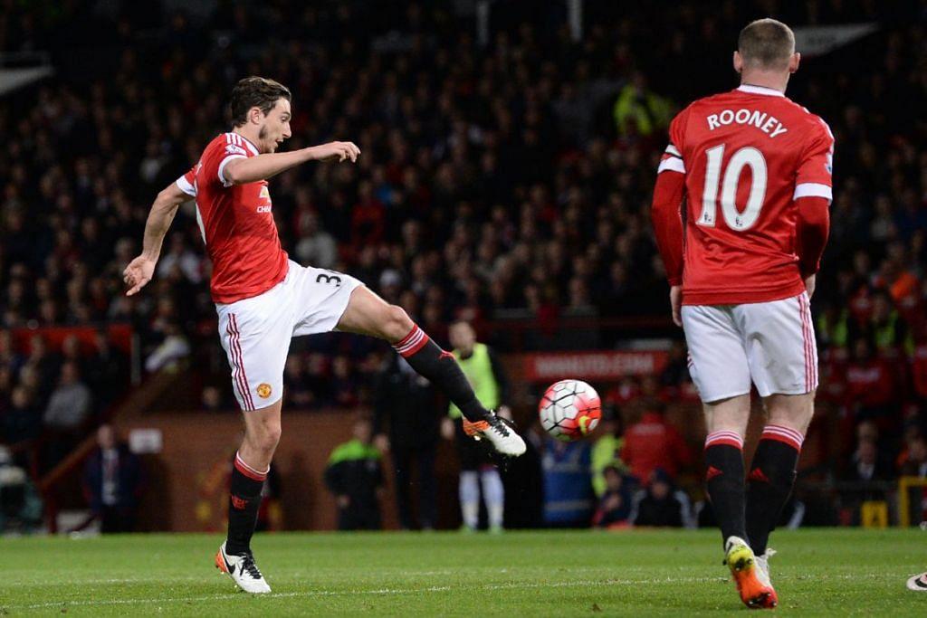 Pemain pertahanan Matteo Darmian menendang bola masuk untuk memberi gol kedua Manchester United, yang mengalahkan Crystal Palace 2-0 di  Old Trafford pada Rabu (20 Apr).