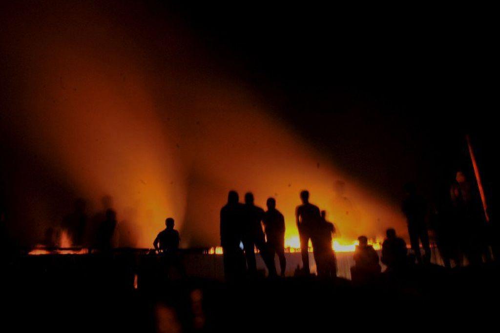 API SEMARAK: Satu kebakaran besar telah memusnahkan sebahagian daripada kilang perabot yang dimiliki Presiden Indonesia, Encik Joko 'Jokowi' Widodo. - Foto THE JAKARTA POST