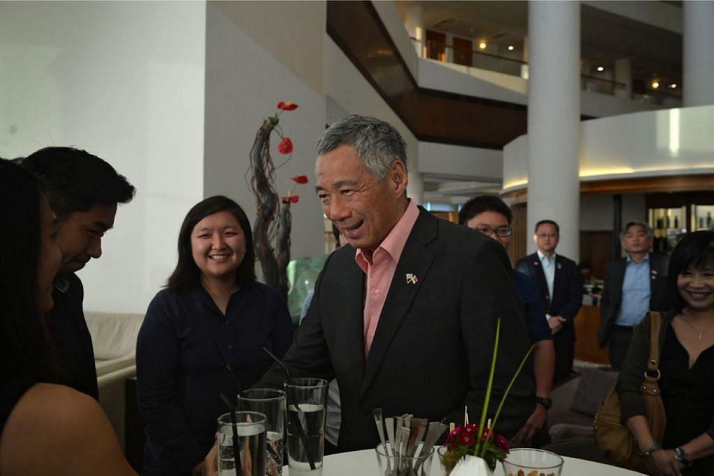 PM Lee bersama pelajar Singapura dari kolej luar negara Universiti Kebangsaan Singapura (NUS) yang berpangkalan di Israel.