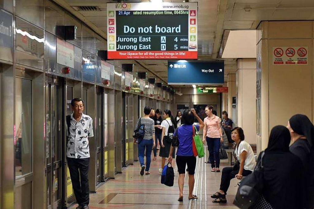 Penumpang menunggu perkhidmatan kereta api di Laluan Utara-Selatan (NSL) disambung semula  di stesen Raffles Place pada 6.30 pagi Khamis (21 Apr). Perkhidmatan dipulihkan pada kira-kira 6.50 pagi.