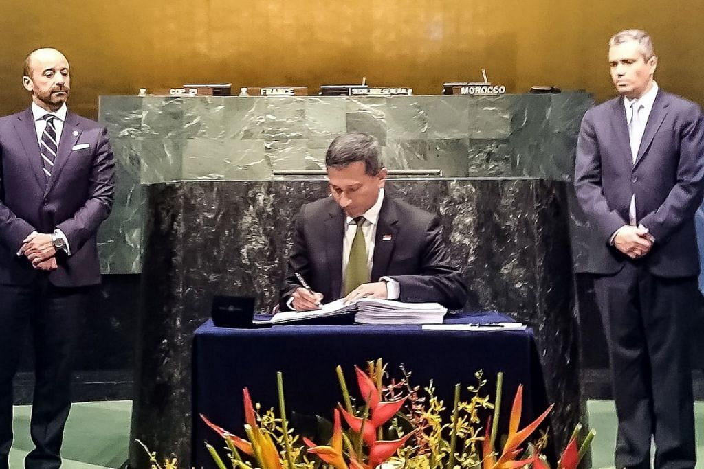 DEMI BUMI: Menteri Ehwal Luar, Dr Vivian Balakrishnan, menandatangani Perjanjian Paris mengenai perubahan iklim di majlis yang disertai ketua-ketua negara di Paris pada Jumaat lalu. – Foto MFA