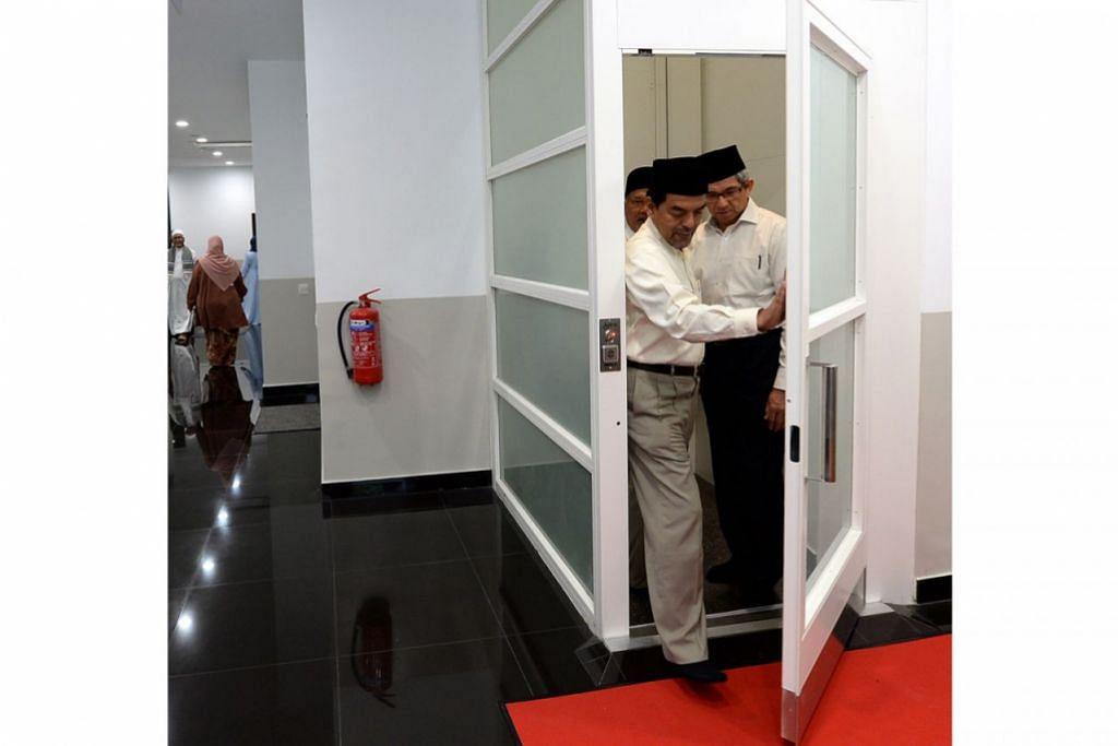 UMPAMA PINTU BILIK: Sekali pandang ia kelihatan tidak ubah seperti sebuah bilik. Sebenarnya ini adalah pintu menaiki lif iaitu satu kemudahan terkini yang diperkenalkan di Masjid Al-Falah bagi mempermudah jemaah kurang upaya dan berkerusi roda untuk naik ke aras kedua. Kelihatan (dari hadapan) Ketua Eksekutif Muis, Haji Abdul Razak Hassan Maricar; Menteri Bertanggungjawab bagi Ehwal Masyarakat Islam, Dr Yaacob Ibrahim; dan Pengerusi Eksekutif Masjid Al-Falah, Haji Yahya Hashim.