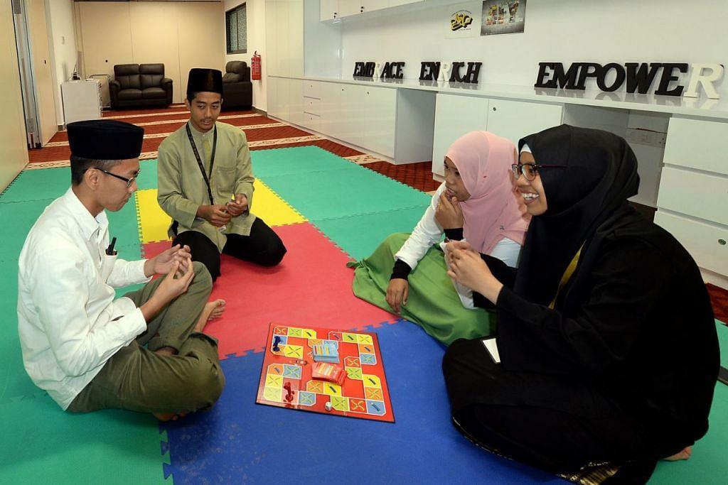 ISTIMEWA BUAT BELIA: Golongan belia di Masjid Al-Falah kini berpeluang duduk bersantai dalam persekitaran lebih selesa di dalam bilik khas yang dikhususkan buat mereka. Bilik di aras kedua ini boleh memuatkan antara 25 dengan 30 orang belia bagi membolehkan mereka duduk berbincang dan menjalankan pelbagai kegiatan.