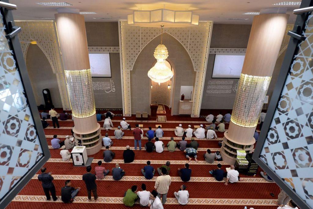 SUNTIKAN BAHARU: Ruang solat di Masjid Al-Falah yang kini berhawa dingin sepenuhnya tampak indah seiring candelier tajaan dari Dubai. Ia juga boleh memuatkan tambahan 500 jemaah - menjadikan 2,000 sepenuhnya - setelah selesai di bawah projek naik taraf bernilai $2.64 juta di bawah Fasa 2 Program Peningkatan Masjid (MUP).