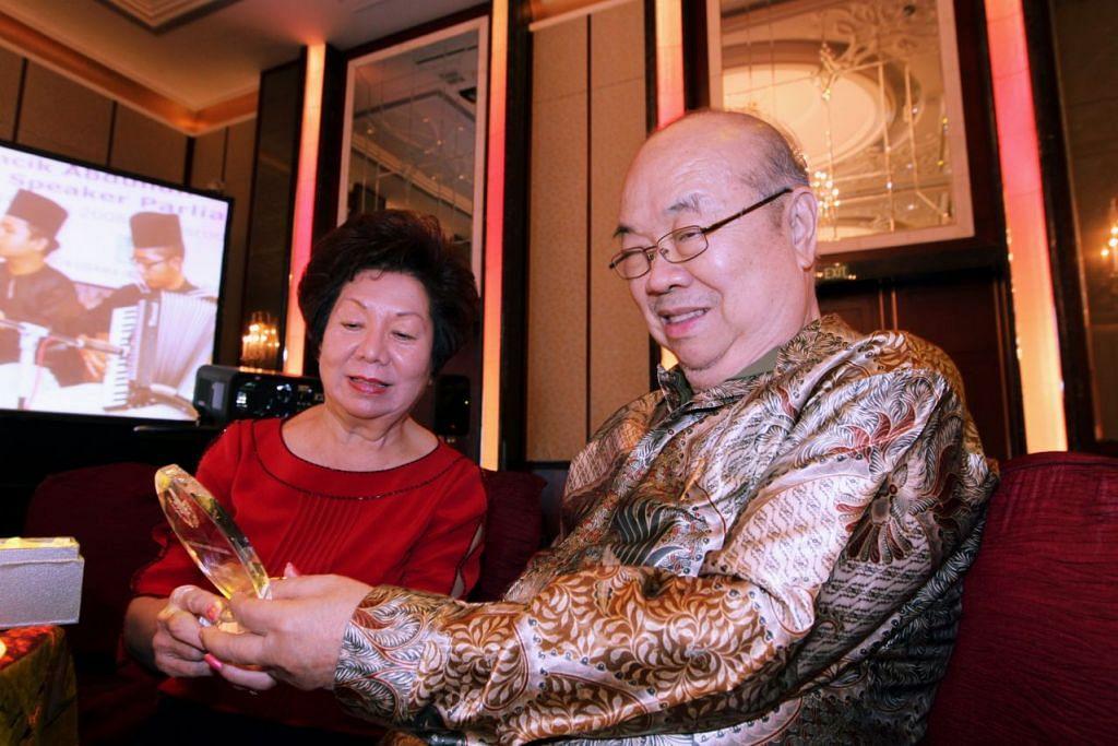 PEMERGIAN SEORANG TOKOH: Mendiang Dr Liaw Yock Fang (kelihatan bersama isterinya) merupakan pakar sastera Melayu klasik dan Undang-Undang Melaka serta ahli linguistik. - Foto BERITA HARIAN