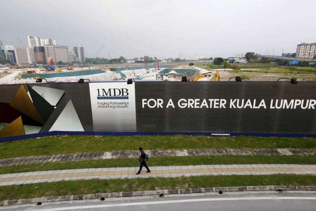 Satu papan iklan 1MDB di projek pembangunan perdana Bursa Saham Tun Razak di Kuala Lumpur.