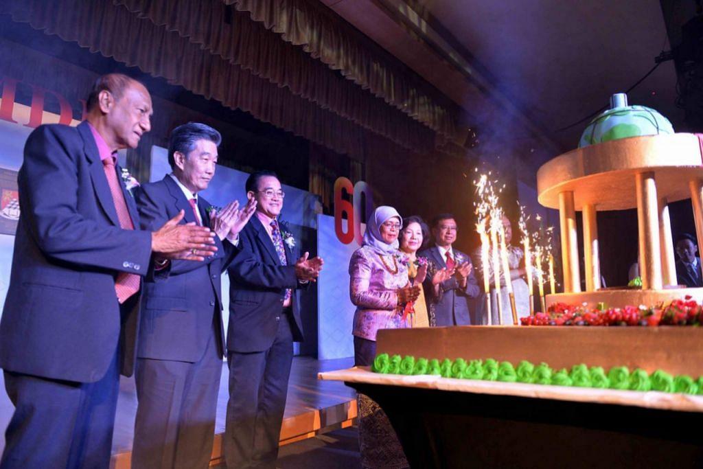 SAMBUT ULANG TAHUN: Cik Halimah bersama (dari kiri) Dr Theyvendran, Dr Eric Kuan, dan Pengerusi Senat MDIS, Dr Ahmad Magad, memotong kek bagi menandakan ulang tahun ke-60 MDIS. - Foto M.O. SALLEH