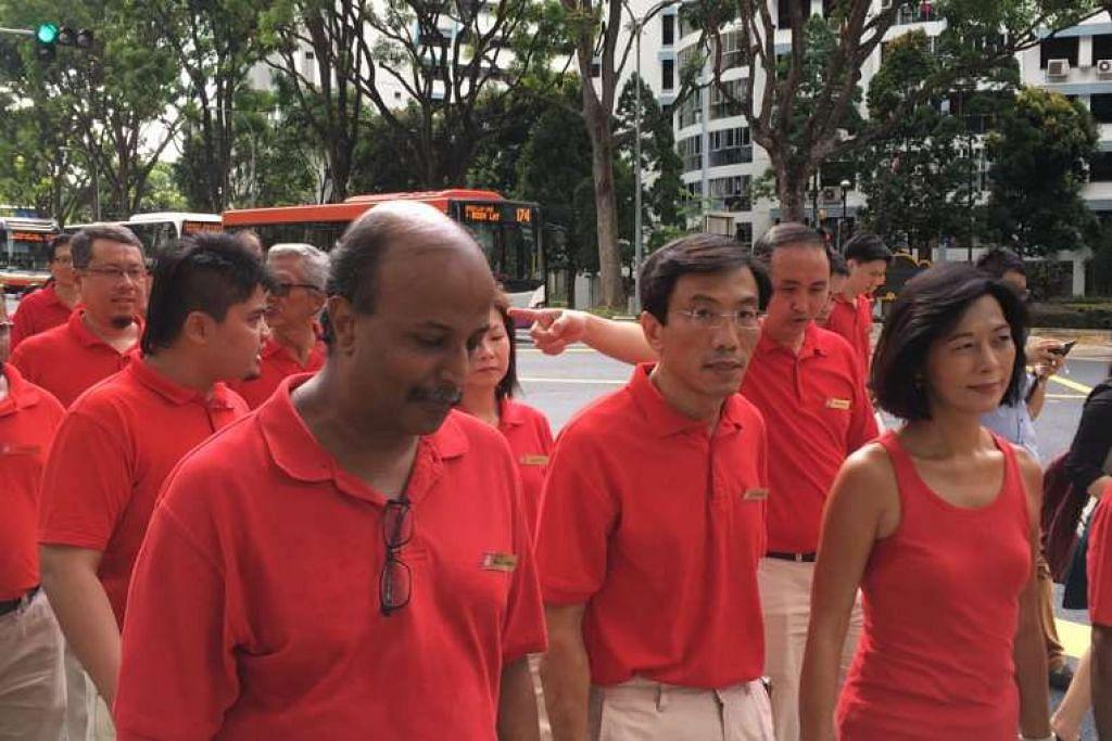 Calon, SDP, Dr Chee Soon Juan (tengah), dan penyokongnya menuju ke Pusat Penamaan Calon.