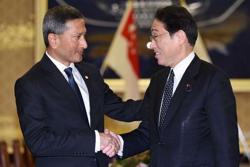 Menteri Luar Singapura, Dr Vivian Balakrishnan (kiri), disambut rakan sejawatannya dari Jepun, Encik Fumio Kishida, sebelum perbincangan mereka di Tokyo pada Selasa (26 Apr 2016).