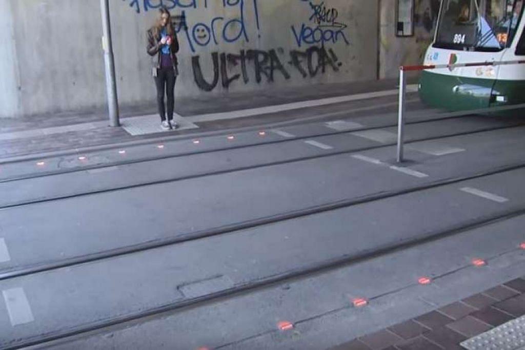 Lampu isyarat berkelip dipasang di kaki lima di bandar Augsburg bagi memberi amaran kepada pejalan kaki supaya jangan melangkah ke jalan raya.