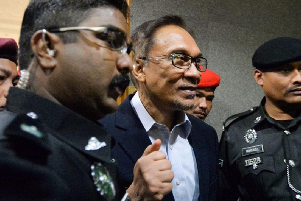 BERJAYA KEMUKA RAYUAN QAZAF: Ketua Umum Parti Keadilan Rakyat (PKR), Datuk Seri Anwar Ibrahim, tiba di Mahkamah Rayuan Syariah Kuala Lumpur tadi pagi. - Foto MALAYSIAKINI