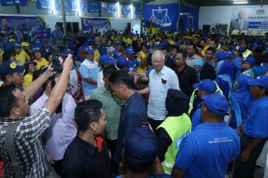 SOKONGAN PADU: Perdana Menteri Malaysia, Datuk Seri Mohd Najib Tun Abdul Razak gembira melihat para penyokong Barisan Nasional sedia berkempen di Pilihan Raya Negeri Sarawak ke-11 di Kuching semalam. - Foto BHM
