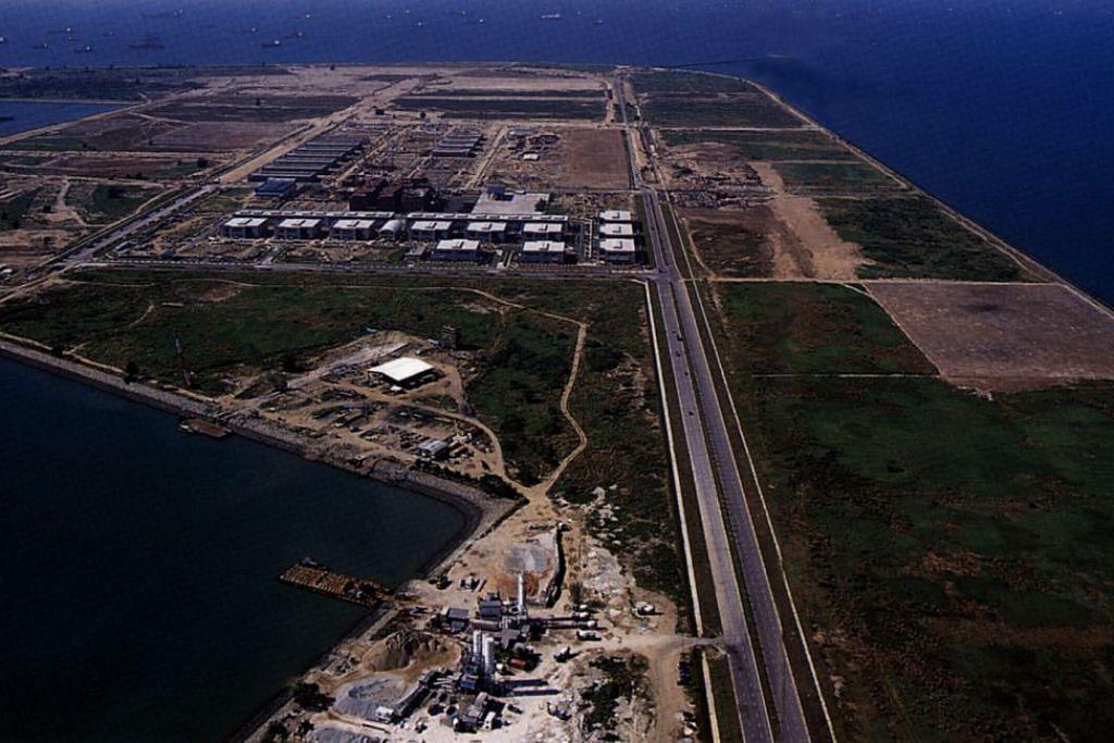 PEMBANGUNAN TERMINAL: Pembinaan bagi Fasa 1 Terminal Tuas telah bermula. Kelihatan sebahagian kawasan yang telah ditambak bagi tujuan perindustrian di Tuas. - Foto FAIL