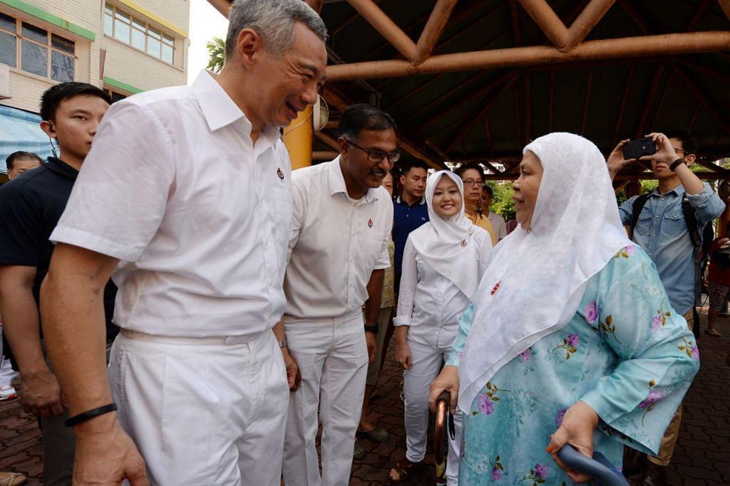 DAPATKAN SOKONGAN: (Dari kiri) Encik Lee, Encik Murali dan Cik Rahayu berkempen mendapatkam sokongan penduduk Bukit Batok. - Foto ZAINAL YAHYA