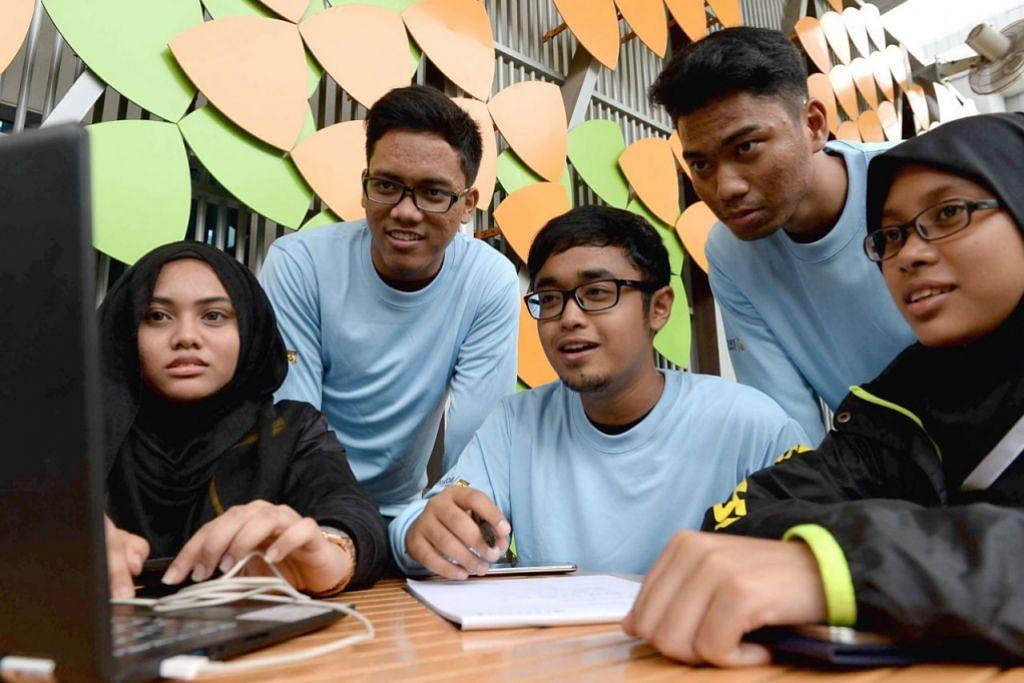 WAKIL NEGARA: Pelajar daripada SPMLS (dari kiri) Cik Nurul Amirah Mohamad Razali, Encik Ahmad Zaid, Encik Irfan Razni, Encik Ahmad Faqih Mohd Fadzuli dan Cik Farah Nur Zakiah Roslee, kini berada di Melaka dalam temasya pantun Pisma 2.0. Mereka ditemui di Politeknik Singapura minggu lalu. - Foto SHAKIR SAIFUDDIN