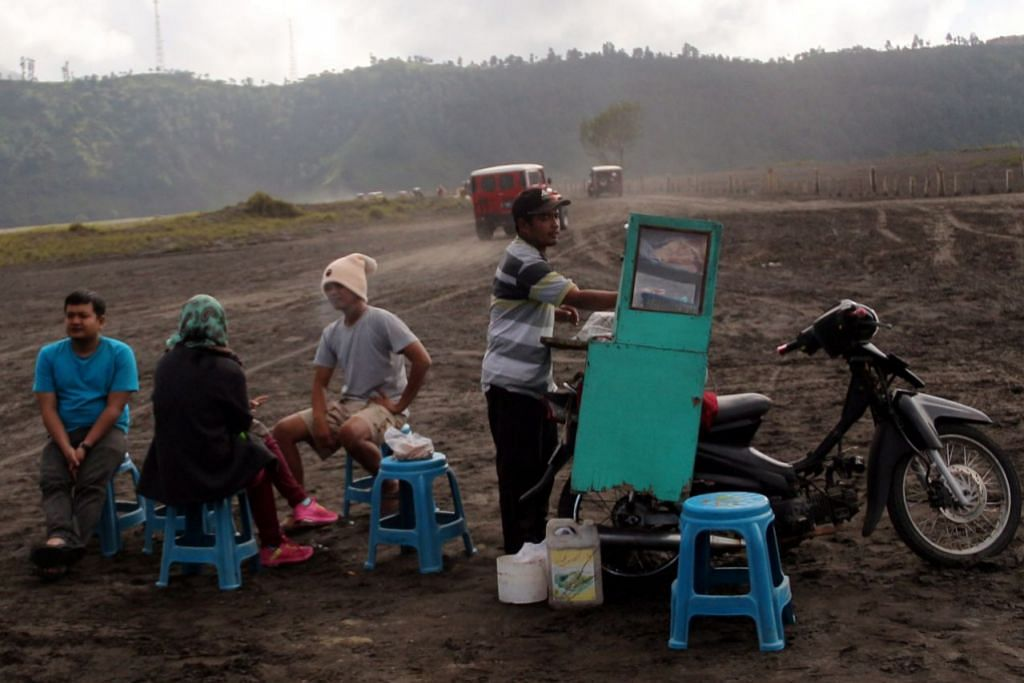 JAMU SELERA: Beberapa pendaki Bromo menikmati sarapan mi bakso jualan gerai mudah alih di Pasir Berbisik.