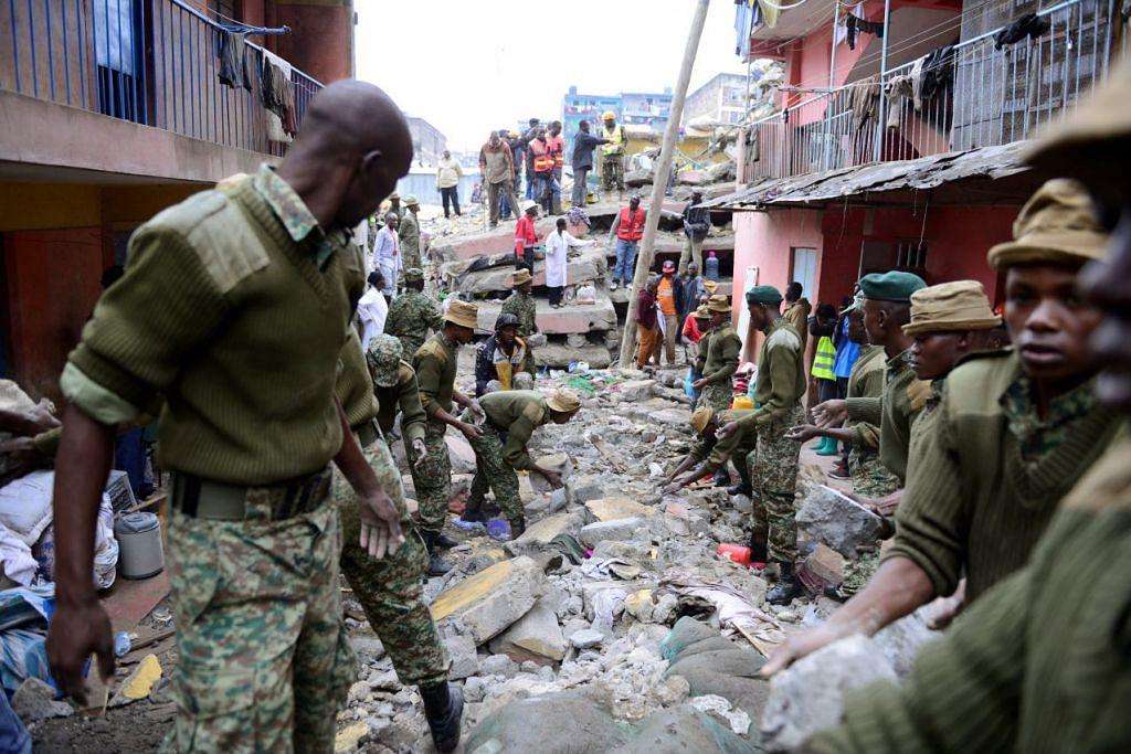 Pekerja penyelamat mencari mangsa terperangkap dalam runtuhan sebuah bangunan enam tingkat yang runtuh selepas hujan lebat di Nairobi, Kenya, pada 30 April, 2016.