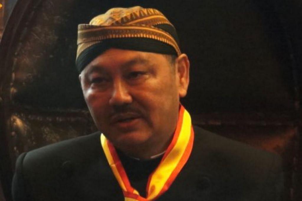 Encik Chong diberi nama diraja Jawa Kanjeng Raden Aryo William Mario Chong Adinagoro.oleh Raja Surakarta, Pakubuwono XIII Hangabehi.