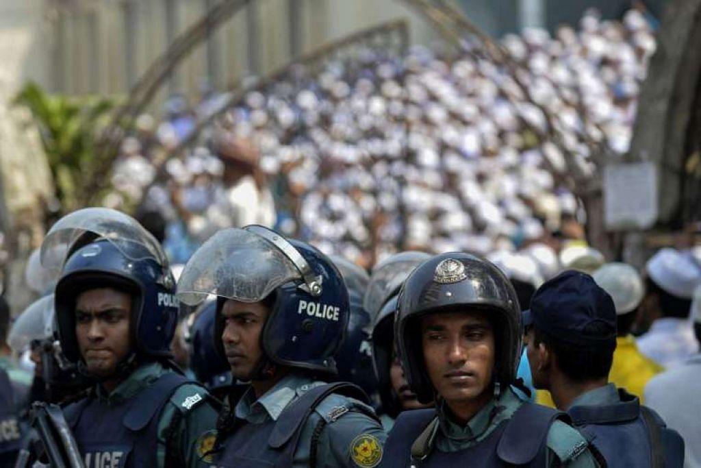 Polis Bangladesh berjaga di tengah-tengah bantahan oleh gerakan Islam tegar di luar masjid negara di Dhaka pada Mac 25.