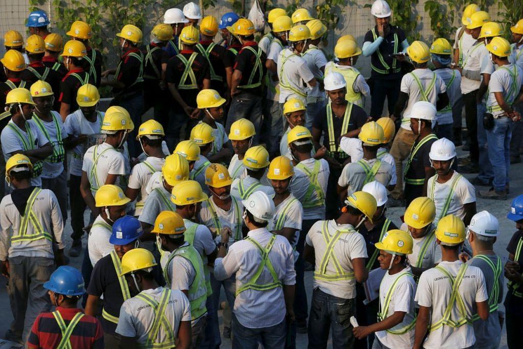 Pekerja binaan dari Bangladesh dan India menghadiri taklimat sebelum memulakan kerja di sebuah tapak binaan di Singapura pada  Mac 2016.