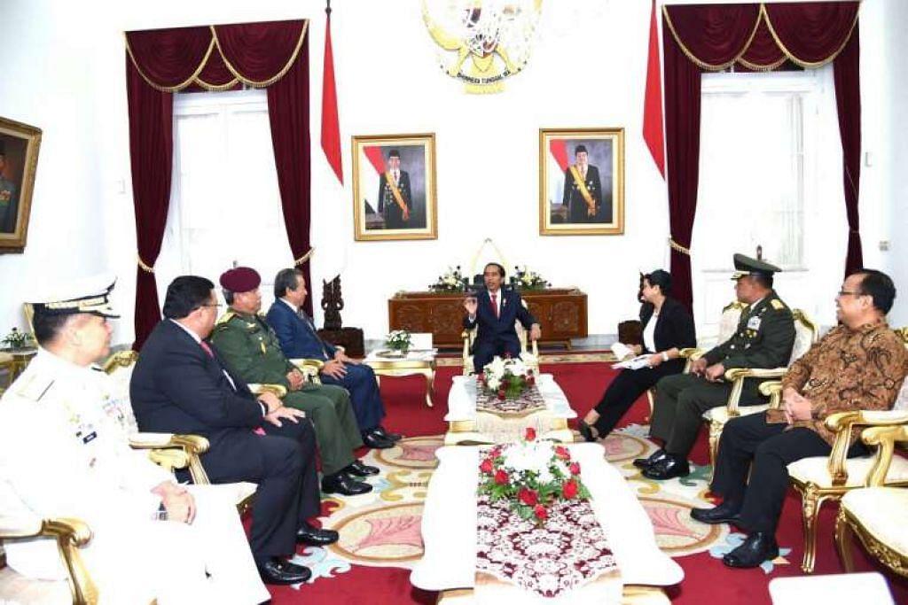 Presiden Joko Widodo menghadiri mesyuarat di Jakarta dengan para menteri luar dan ketua angkatan tentera dari Indonesia, Malaysia dan Filipina.