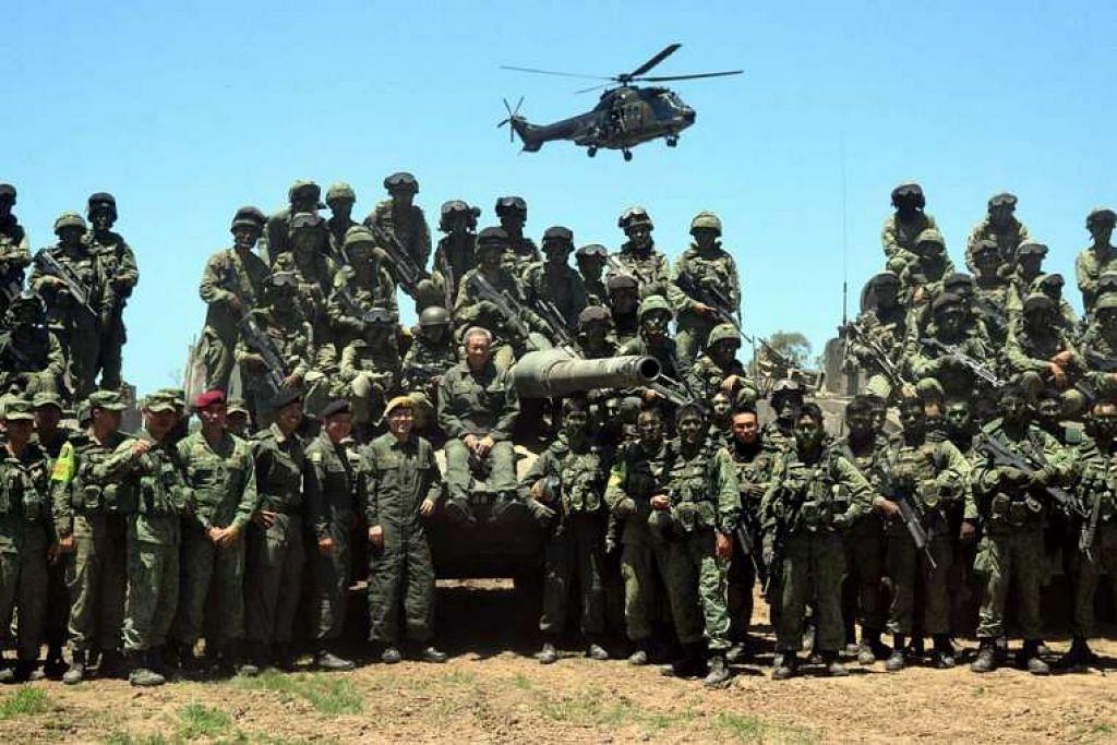 Menteri Pertahanan, Dr Ng Eng Hen (tengah), melawat anggota Angkatan Bersenjata Singapura (SAF) yang terlibat dalam Latihan Wallaby 2015 di Rockhampton, Queensland, Australia.