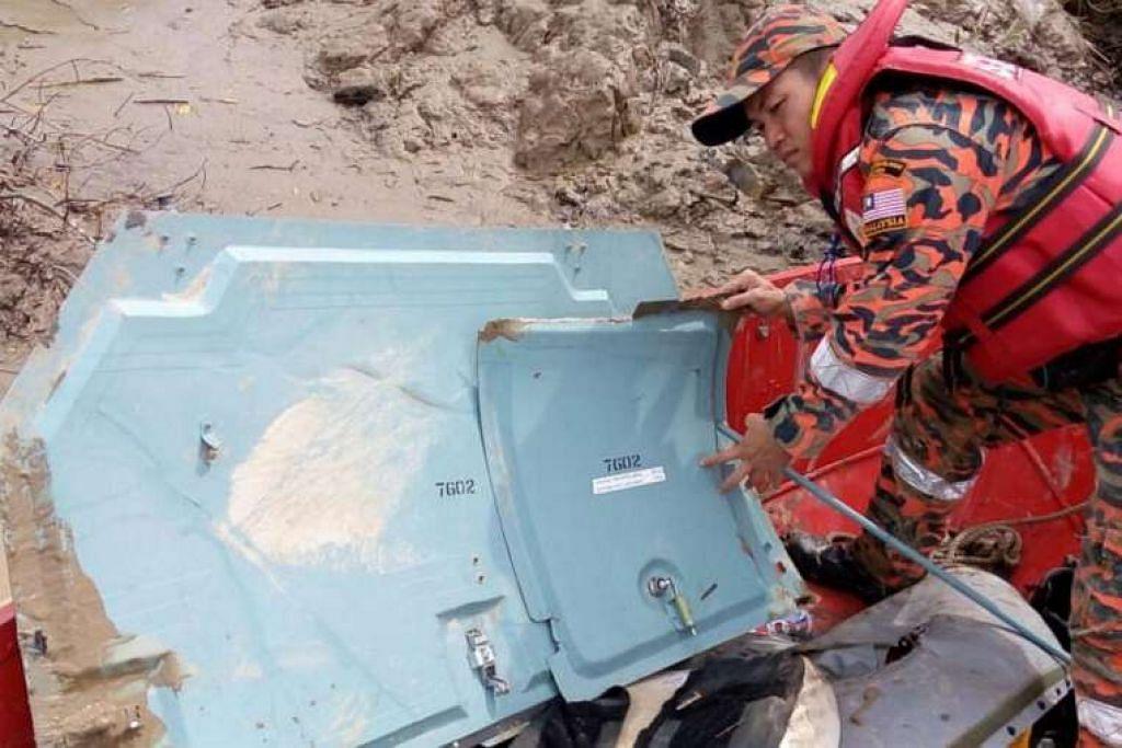 Operasi mencari dan menyelamat sedang dijalankan berhampiran sungai Batang Lupar, tempat serpihan dipercayai dari helikopter yang hilang itu ditemui.
