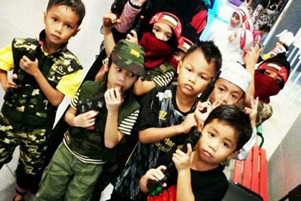 Pengguna media sosial terkejut dengan gambar kanak-kanak tadika ini memakai pakaian seragam tentera dan mengangkat senjata mainan.