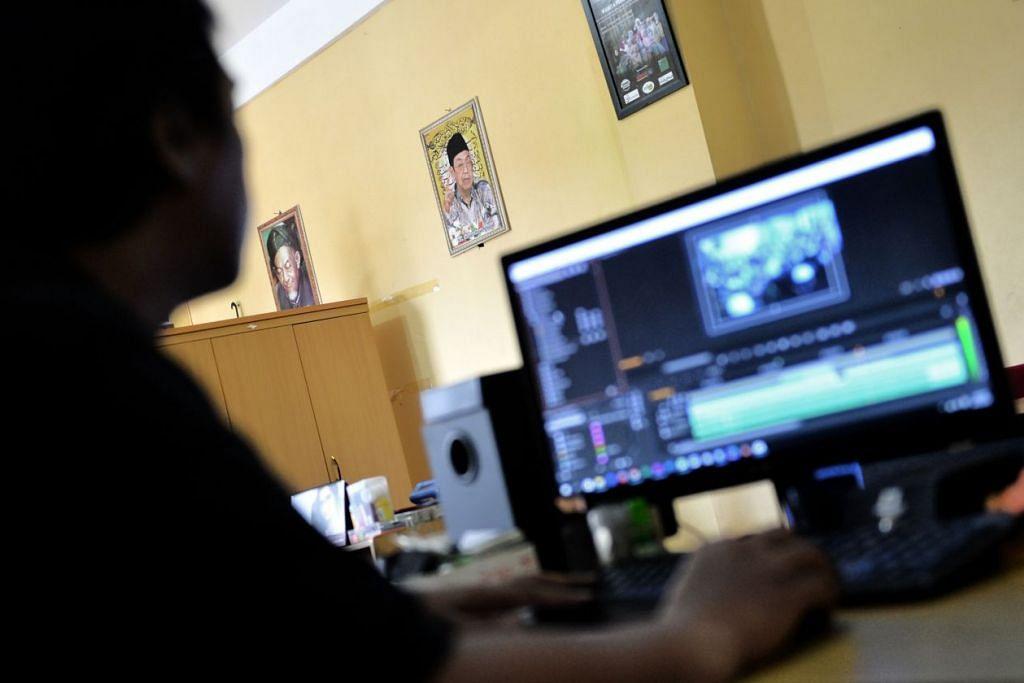 Seorang kru Aswaja TV, atau Ahlussunnah wal Jama'ah Televisi, milik Nahdlatul Ulama, sedang menyunting program televisyen pada skrin tv di pejabat mereka di Jakarta. Pertubuhan Islam Indonesia itu sedang melawan mesej ISIS yang penuh kebencian dengan menyebar  mesej sederhana Islam secara dalam talian.