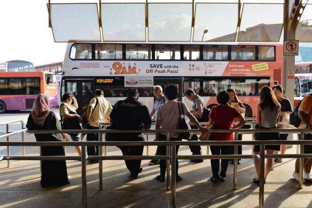 Panumpang menunggu bas di pusat tukaran bas Jurong East.