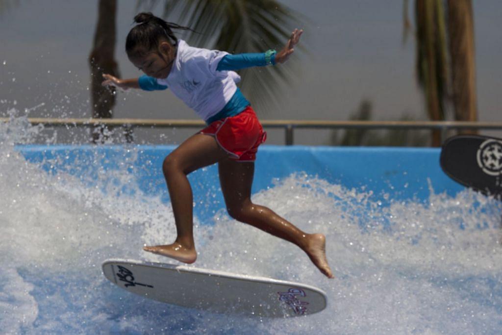 TIDAK TAKUT MASUK 'GELANGGANG': Walaupun baru berusia sembilan tahun, Nur Alysha Mohamad Rizwan, atau lebih dikenali sebagai 'Fearless Alysha' oleh masyarakat 'flowboarding' setempat, ligat beraksi memaparkan bakatnya baru-baru ini di pertandingan Flow Jam 2016 di Wavehouse Sentosa. Dia menjuarai kategori junior. - Foto-foto DEXTER SINGTO dan ihsan NORLILA ABU