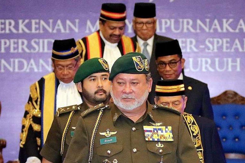Sultan Ibrahim Iskandar berjalan selepas berucap di Persidangan  Speaker Parlimen dan Dewan Undangan Negeri Malaysia 2016 di Johor Baru pada Sabtu (6 Mei).