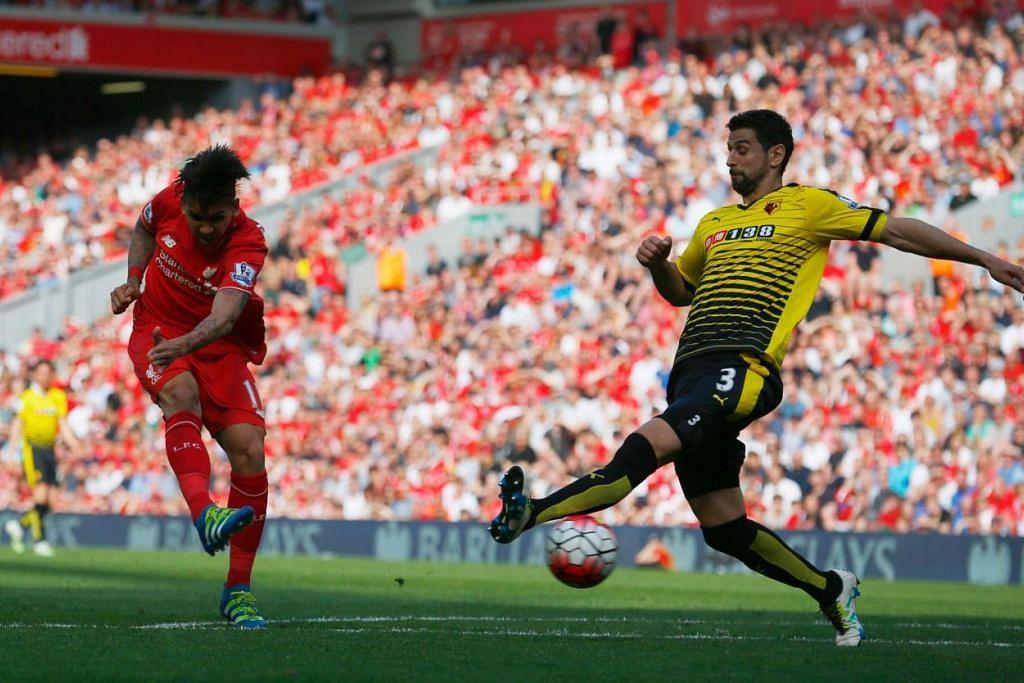Roberto Firmino (kiri)) menendang bola melepasi pemain pertahanan Watford, Miguel Britos, untuk menjaringkan gol kedua Liverpool.