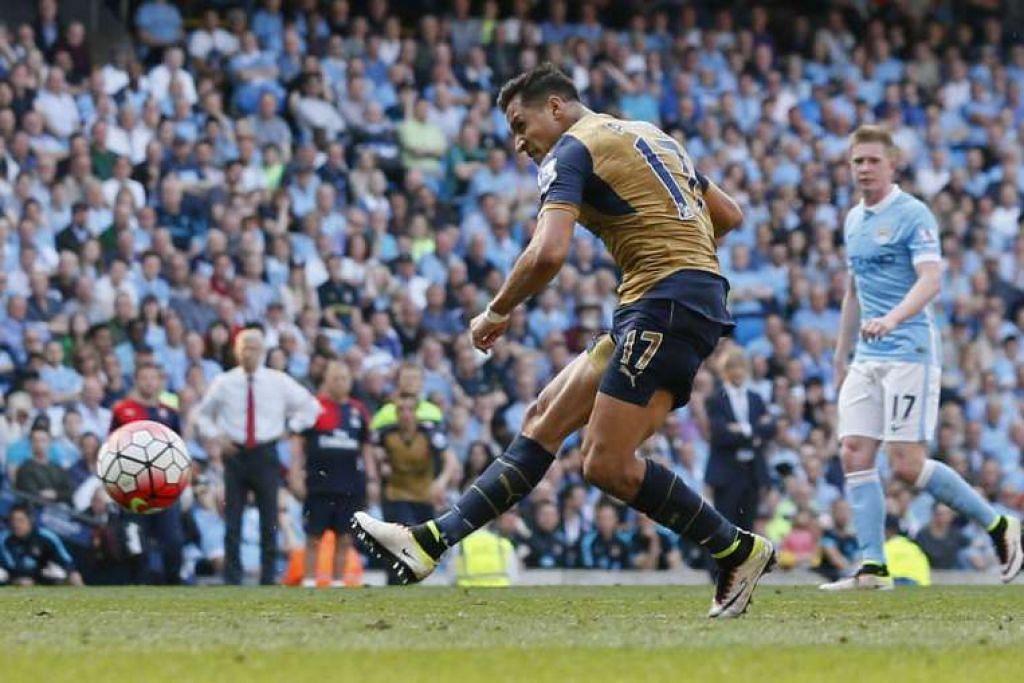 Alexis Sanchez menjaringkan gol kedua Arsenal.