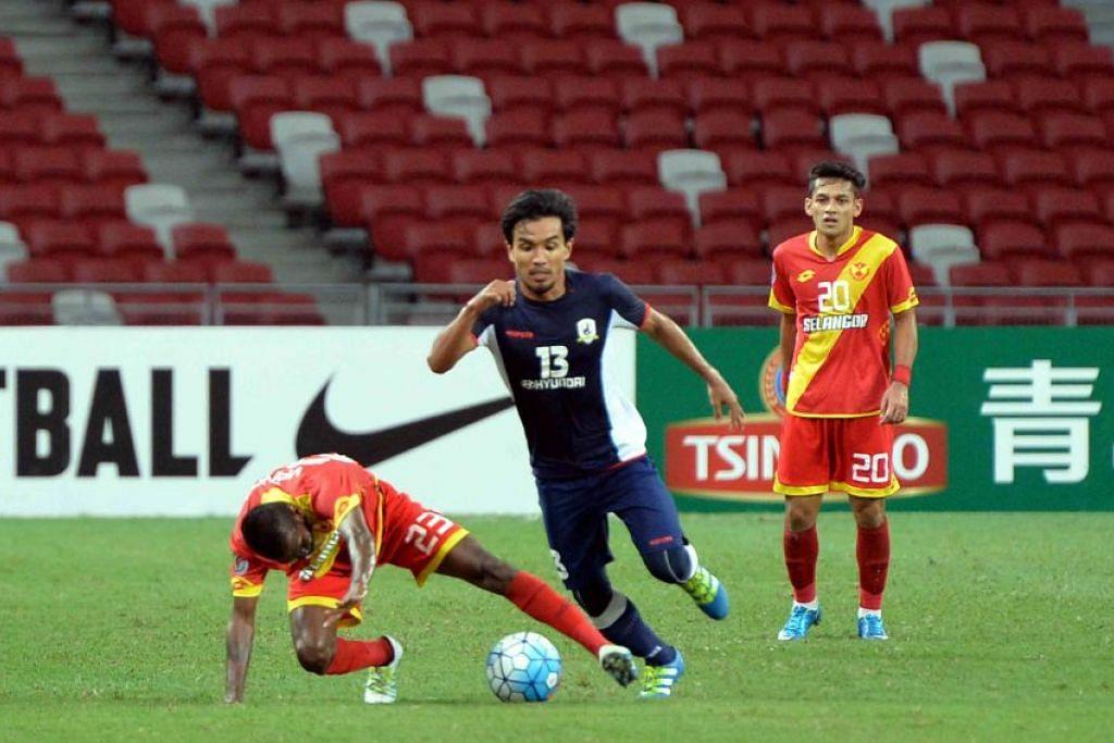 Yasir Hanapi (jersi biru) wira Tampines, menjaringkan gol kemenangan.