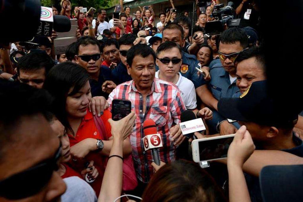 Encik Rodrigo Duterte meninggalkan pusat mengundi di Davao City, Mindanao, pada Isnin (9 Mei 2016).