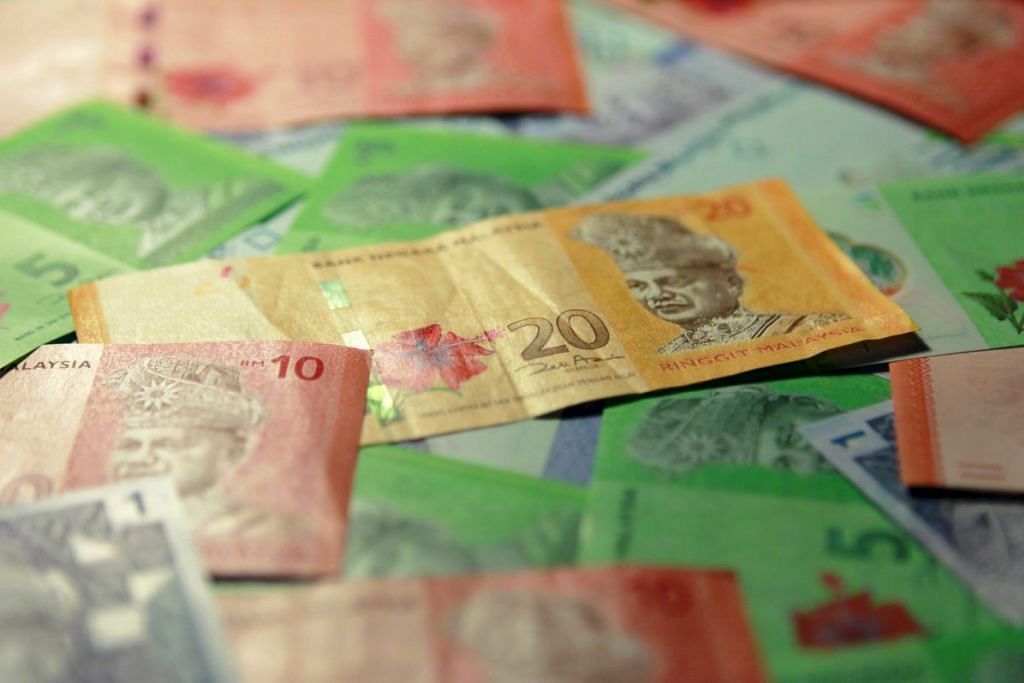 Ringgit juga jatuh mendadak berbanding dolar Singapura. Sedolar Singapura diniagakan pada 2.9599 ringgit pada 11.26 pagi Selasa, naik 0.7 peratus daripada kadar penutup 2.9392 pada Isnin.