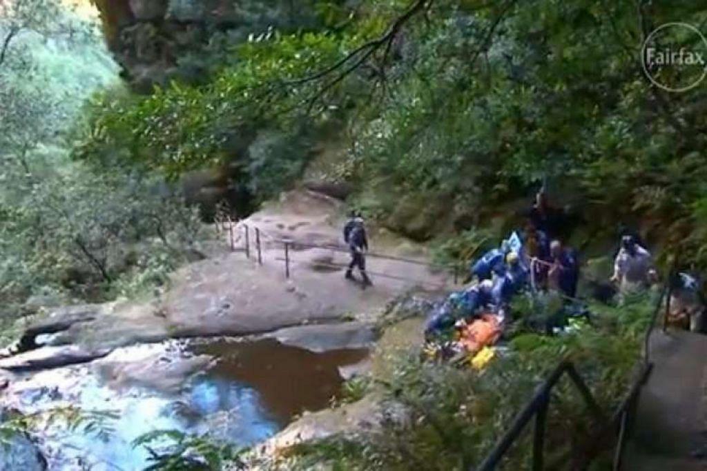 Penyelamat membantu Cik Cheng Shi Min di Empress Falls di Blue Mountains, Australia.