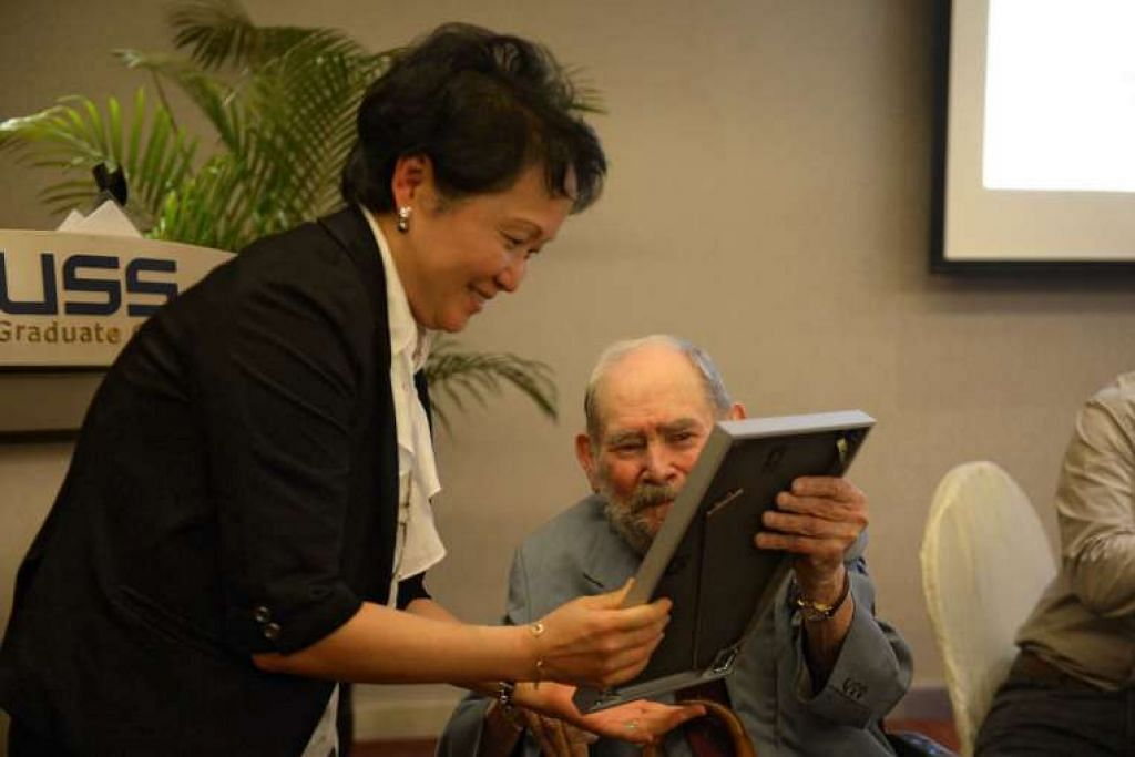 Profesor Ding menerima sijil zamil daripada Dr Brenner.