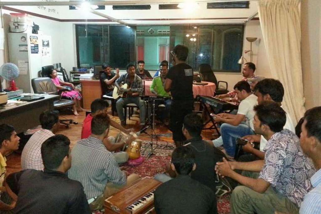Gambar fail pekerja asing yang berkumpul setiap minggu di Dibashram untuk menunjukkan bakat  tersembunyi mereka sebagai penyair, pelakon, penyanyi atau penulis. Banglar Kantha