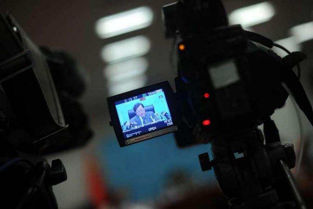 Encik Xu Hong semasa taklimat berita mengenai pendirian China berhubung kes timbang tara  Laut China Selatan yang dimulakan oleh Filipina, di Pusat Media Antarabangsa di Beijing pada 12 Mei 2016.