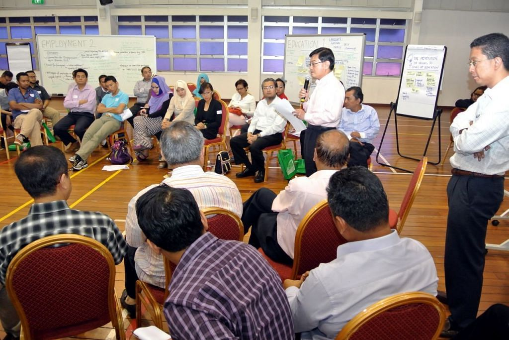 Encik Heng Swee Keat (memegang mikrofon), ketika itu Menteri Pendidikan, berucap di sesi dialog Sembang Singapura Kita anjuran Berita Harian di Institut Pembangunan Pengurusan Singapura (MDIS) pada 6 Julai 2013.