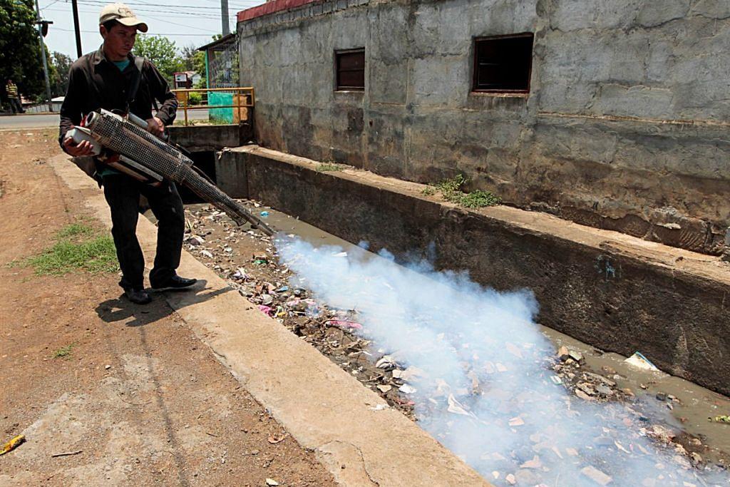 Seorang pekerja kesihatan mewasap di luar rumah di sebuah kawasan kejiranan selepas pemerintah  Nicaragua mengisytiharkan amaran epidemiologi kerana peningkatan kes demam denggi dan Zika di ibu negara Managua pada 9 Mei 2016.