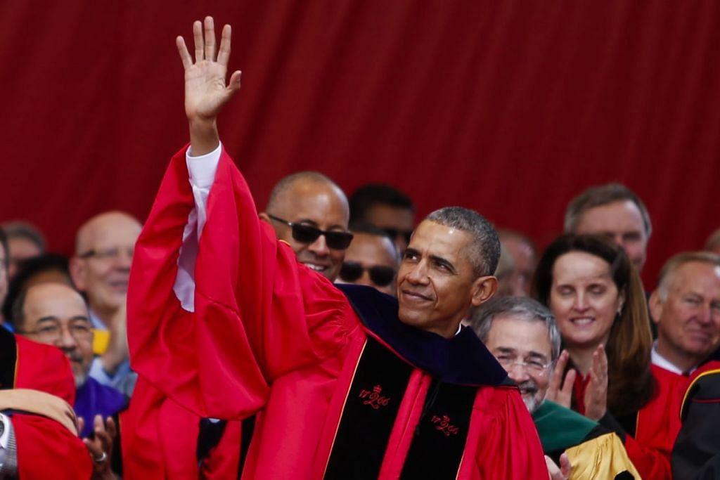 BUKAN LANGKAH BIJAK: Presiden Obama melambai kepada hadirin selepas berucap di majlis konvokesyen ke-250 Universiti Rutgers kelmarin di mana beliau menyelar cadangan yang dikemukakan Encik Trump sepanjang kempen Pilihan Raya Presiden. - Foto AFP
