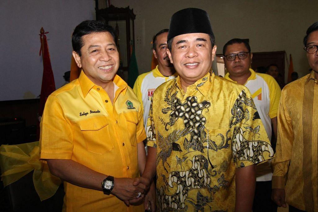 Encik Setya Novanto (kiri) bersama Encik Ade Komarudin di ibu pejabat Golkar di Jakarta on 7 Mei.