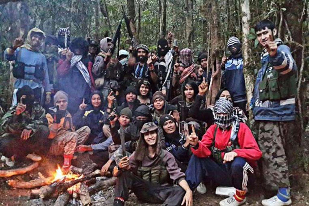 Ahli kumpulan pengganas  Mujahidin Timur Indonesia (MIT) yang diketuai pengganas paling dikehendaki di negara itu, Santoso, di tempat persembunyian mereka di hutan Poso di Sulawesi Tengah.