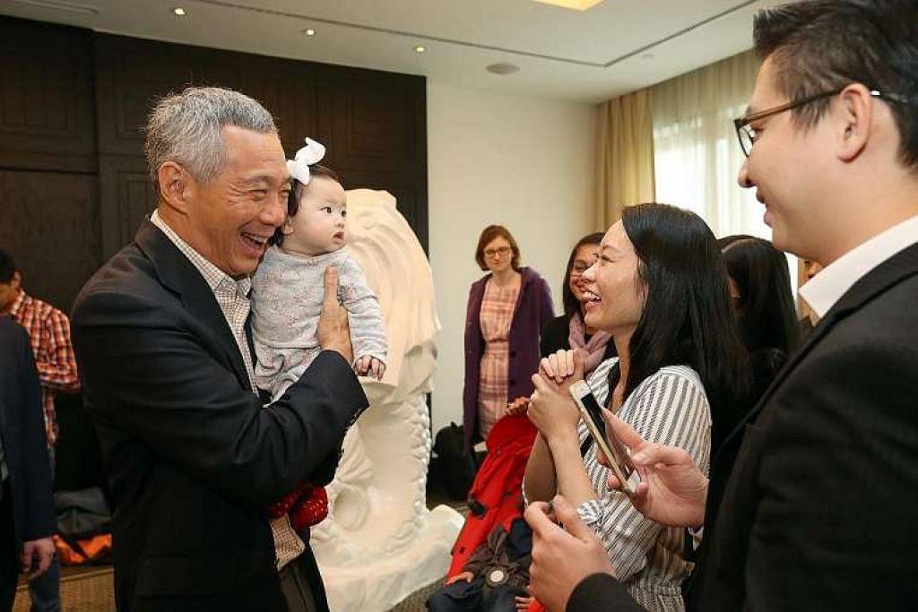 Encik Lee Hsien Loong menemui warga Singapura dalam satu majlis di Moscow pada Selasa (17 Mei), termasuk Encik Derrick dan Cik Melissa Leow, kedua-duanya 32 tahun,  serta anak mereka, Charlotte,  yang berumur tujuh bulan.