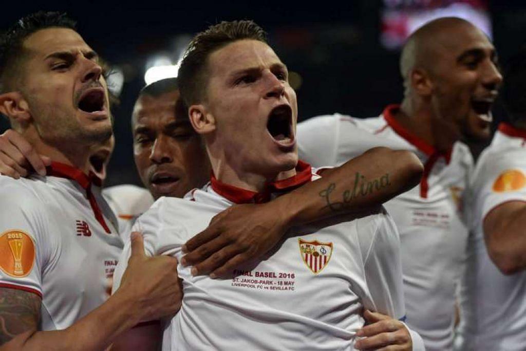 Penyerang Sevilla, Kevin Gameiro, meraikan gol jaringannya.