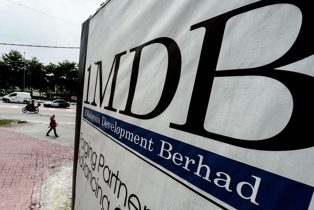 Papan iklan dengan logo 1 Malaysia Development Berhad (1MDB) di tapak  binaan Bursa Tun Razak  di Kuala Lumpur.