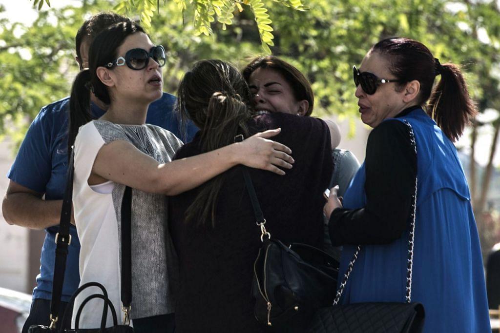 TRAGEDI TIDAK SANGKA: Anggota keluarga penumpang pesawat EgyptAir jenis A320, yang terhempas semalam semasa dalam penerbangan dari Paris ke Kahirah, tidak dapat menahan hiba. - Foto AFP